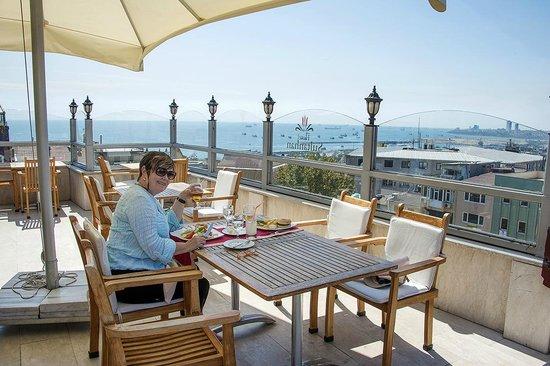 Sultanhan Hotel : TOP FLOOR VERANDAH AND OUTDOOR RESTAURANT
