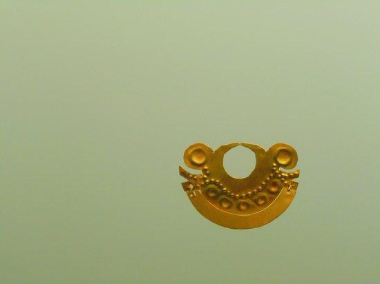Museo del Oro Zenu : Otro tipo de arete, quizás de nariz.