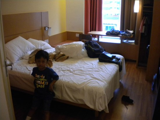 Ibis Singapore on Bencoolen: Room (this was on 2011 and my kid in the photo was around 1m tall so you can predict the room si