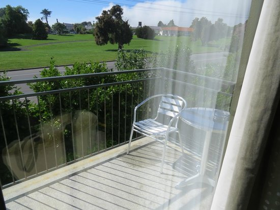 Kaikoura Gateway Motor Lodge: View to the balcony
