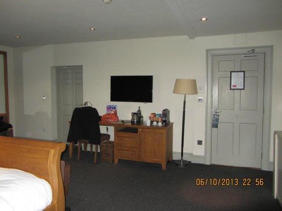 Hotel du Vin York: Looking across room towards bathroom.