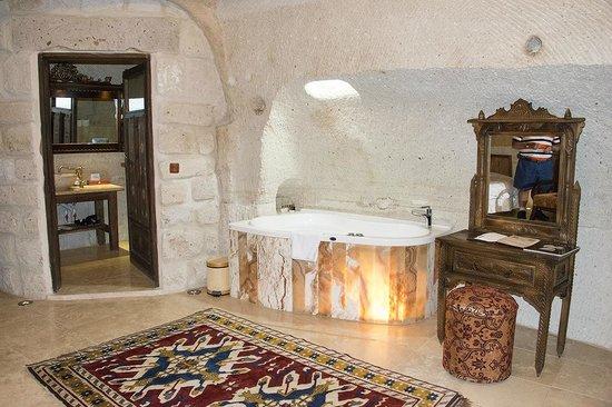 Gamirasu Cave Hotel: BATH IN MAIN BEDROOM OF CAVE HOTEL