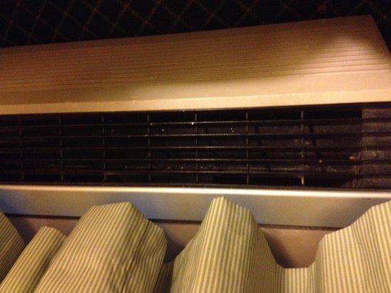 Fairfield Inn East Rutherford Meadowlands: Dirty HVAC unit