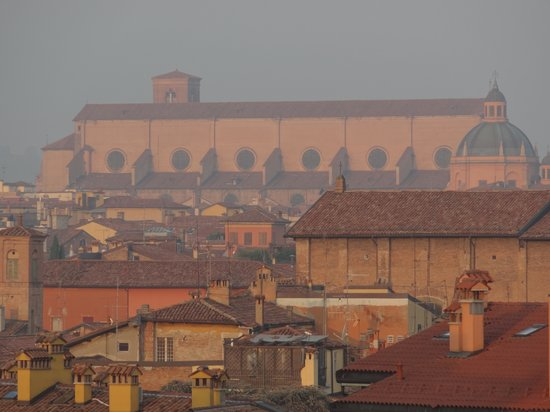 Aemilia Hotel: Zoomed in view of the Basilica San Petronino in Piazza Maggiore from our window