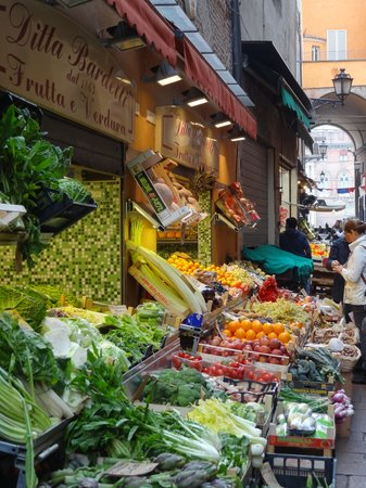 Aemilia Hotel : Fruit and vegetable market off Piazza Maggiore
