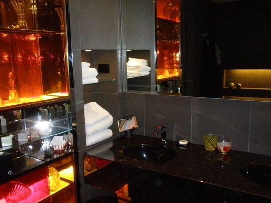 QT Sydney: Bathroom area