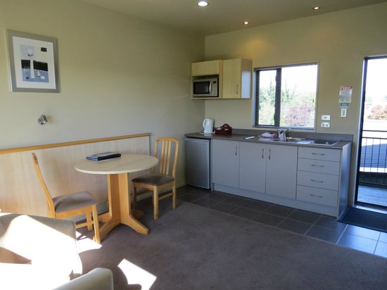 Kaikoura Gateway Motor Lodge: Livingroom/kitchen area