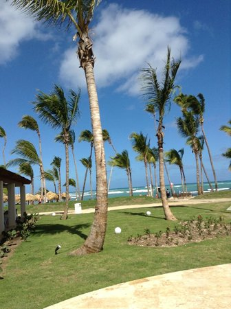 Breathless Punta Cana Resort & Spa: view from pool to beach