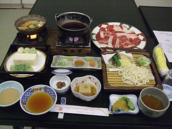 Hotel New Ikaho : 1日目の夕食:「群馬県玉村産牛のすきしゃぶ」と「寄せ鍋」と「水沢風うどん」