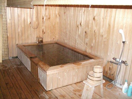 Hotel New Ikaho : 今年できたばかりの無料貸し切り露天風呂は檜造り(温泉ではありません)