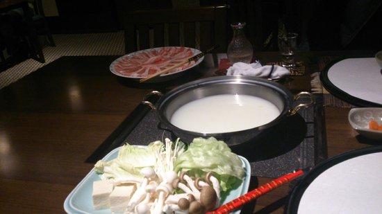 Hakuba Tokyu Hotel: 夕食の鍋料理