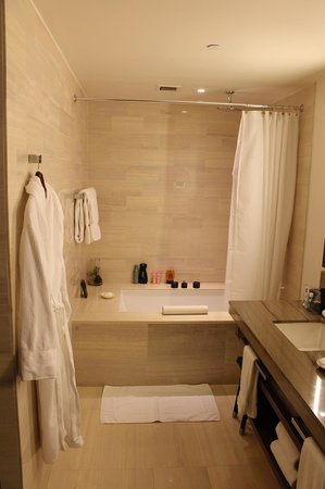 Langham Place, New York, Fifth Avenue: Huge, clean bathroom with a great shower