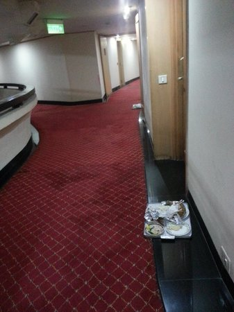 Centaur Hotel, IGI Airport: Being welcomed by uncollected remains from previous occupants - the tray  remained there for 20