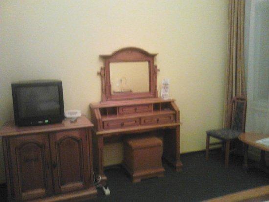 City Hotel Unio: туалетный столик и телевизор