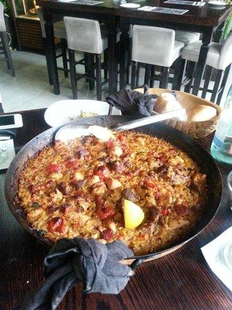 Tapaz : The paella con carne - main portion serves four