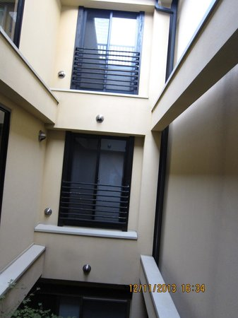 Kyomachiya Ryokan Sakura Honganji: Other rooms from the window