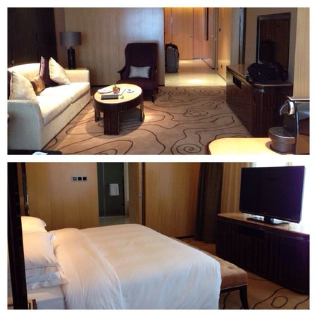Hilton Zhongshan Downtown: Suite living room and bedroom