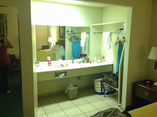 Econo Lodge Ponderosa: Bathroom area with double sinks in king room