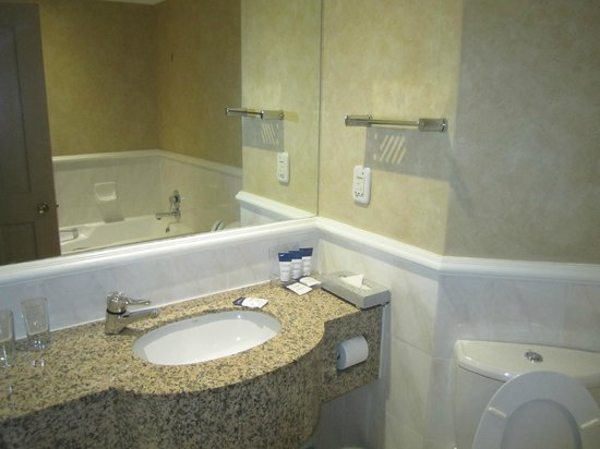 Protea Hotel by Marriott Johannesburg Balalaika Sandton: Bathroom