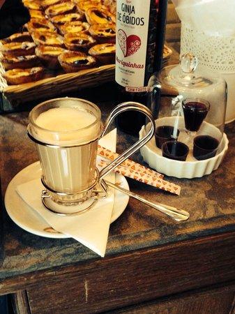 """Comme A Lisbonne : Il """"bancone"""" dove sono stata servita. Cappuccino in primo piano e pasteis sullo sfondo."""