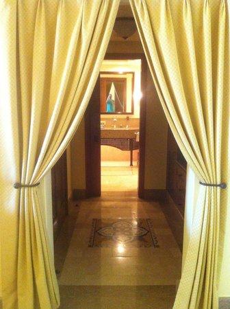Four Seasons Resort Sharm El Sheikh: Corridor to walk-in closet, kitchenette and bathroom