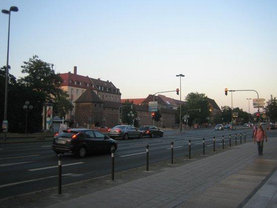 Ibis Nuernberg Hauptbahnhof : Вид на старый город по дороге в отель