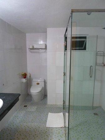 Ngoc Anh Hotel 2: immense bathroom