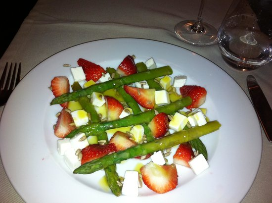 Entra...: Salat with aspargus, strawberries and coat cheese