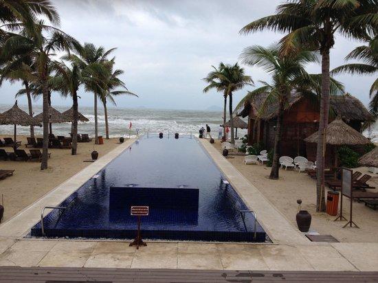 Sunrise Premium Resort Hoi An : Windy and raining, but fabulous hotel who's spirit won't be broken