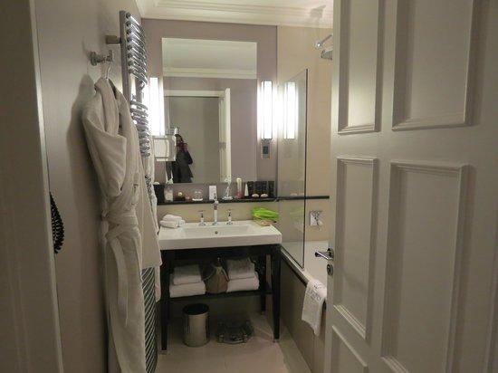 Hôtel Le Burgundy : Classic Room Bathroom