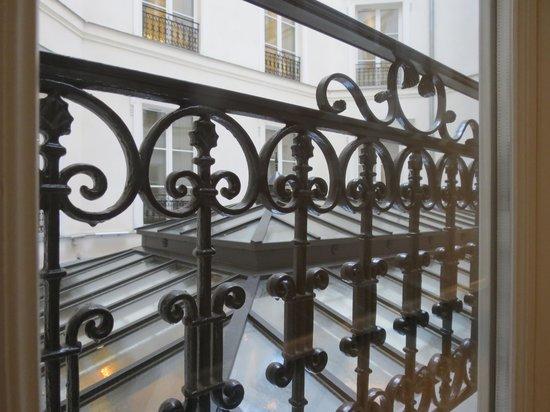 Hôtel Le Burgundy : Parisian ornate balcony courtyard view from 1st floor hallway