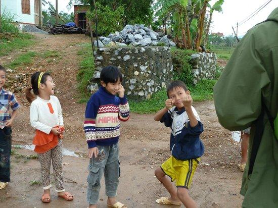Phong Nha Farmstay: Local kids like to pose for photos