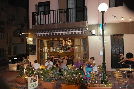 CapuVino : The outdoor seating area by night