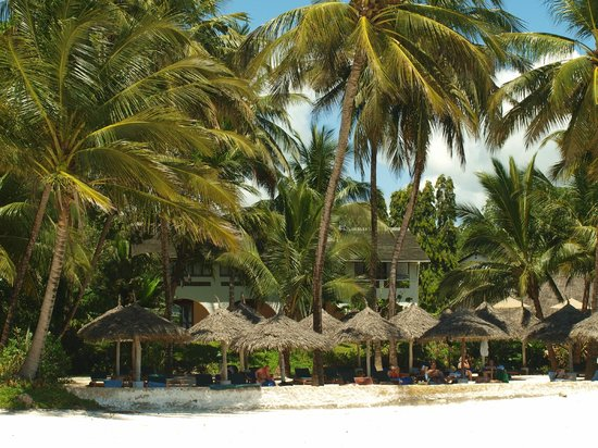 Pinewood Beach Resort & Spa: Resort vanaf het strand