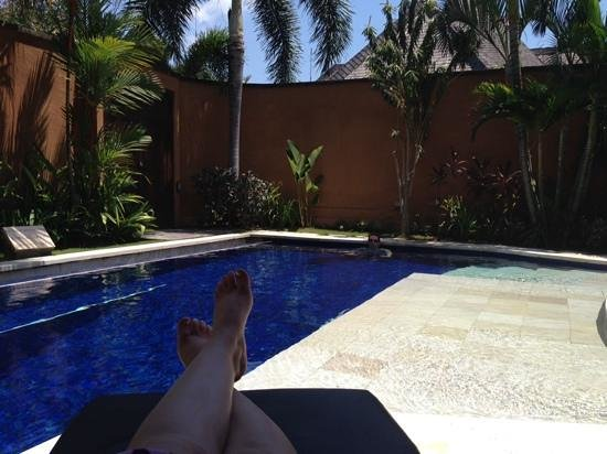 The Kunja Villas & Spa : relaxing by the pool