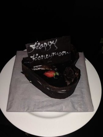 The Kunja Villas & Spa: complimentary honeymoon cake, very sweet :)