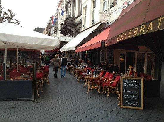 Wandelen langs het Vrijthof in Maastricht.