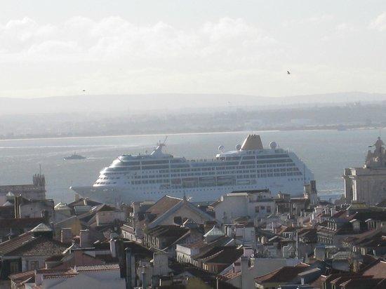 Lisbon Rooftops Guest House : vue de la fenêtre de la chambre