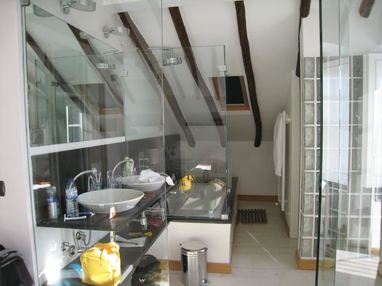 Lisbon Rooftops Guest House : salle de bain vitrée