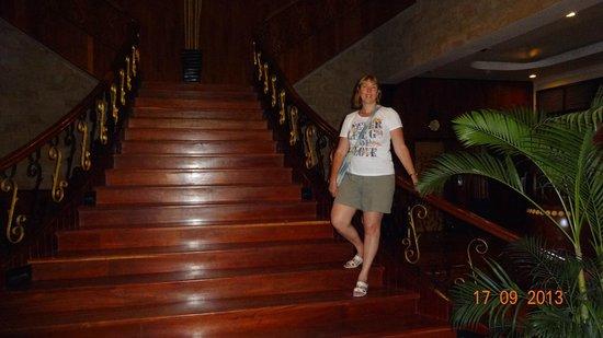 Apsara Holiday Hotel: Прекрасная лестница из дерева.