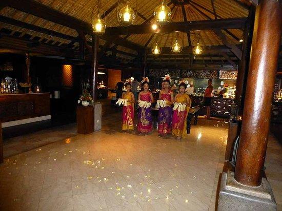 AYANA Resort and Spa: Folkloretanz zum Abendessen im Padi Restaurant