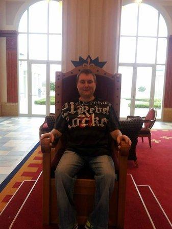 Vienna House Dream Castle Paris: chairs in lobby
