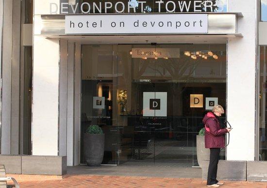 Hotel on Devonport: Front door of Devonport Tower