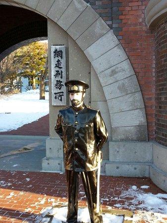 Abashiri Prison Museum : 入り口の守衛さん。寒い日なのにお疲れさまです。