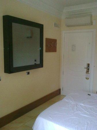 Hotel Sonya: Телевизор в антивандальном корпусе