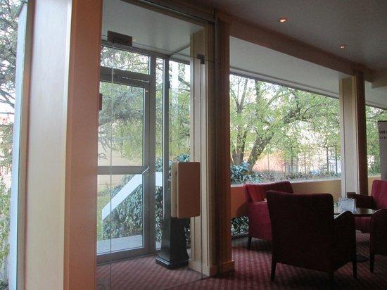 Mercure Besancon Parc Micaud : бар, где мы завтракали