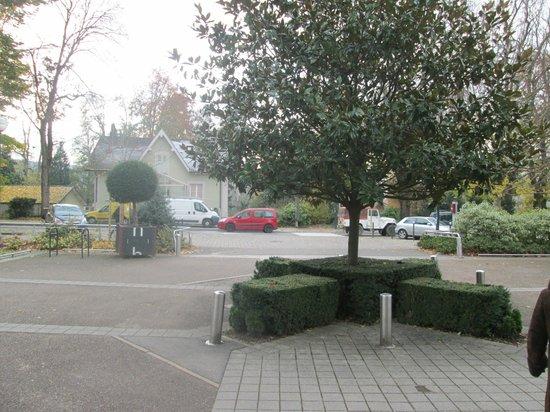 Mercure Besancon Parc Micaud : Перед входом в отель