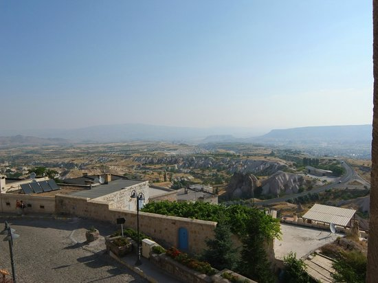 Cappadocia Cave Resort & Spa: 青空にカッパドキアの景色が映えます。