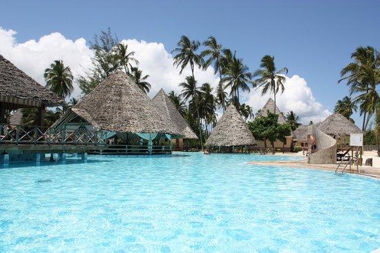 Neptune Pwani Beach Resort & Spa: Zwembad & Poolbar
