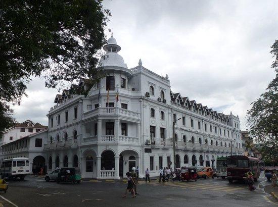 Queens Hotel Kandy: Front of Queen's Hotel